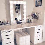 40 Beautiful Make Up Room Ideas in Your Bedroom (10)