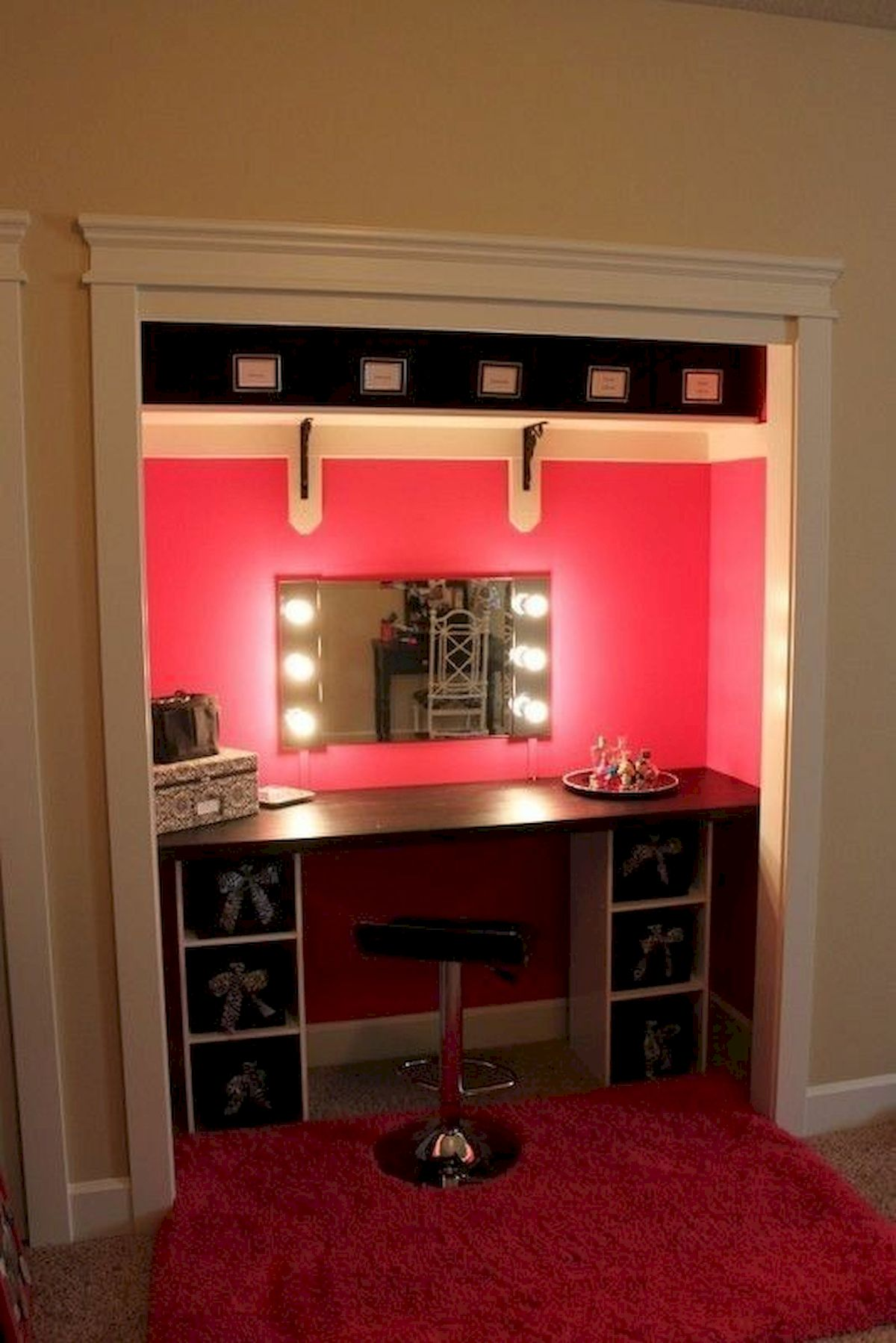 40 Beautiful Make Up Room Ideas in Your Bedroom (17)