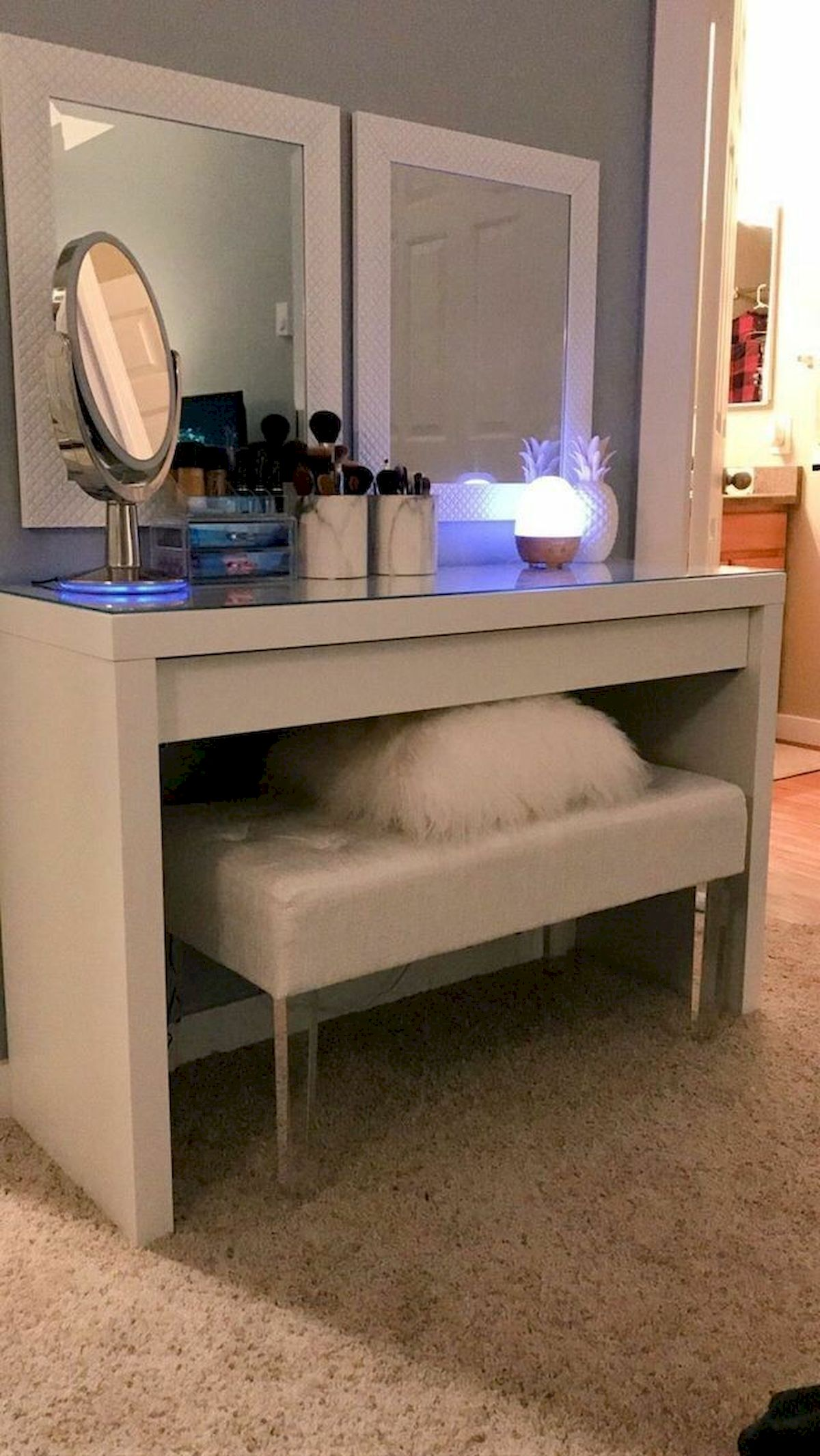 40 Beautiful Make Up Room Ideas in Your Bedroom (19)