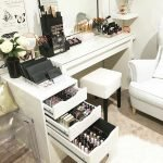 40 Beautiful Make Up Room Ideas in Your Bedroom (20)