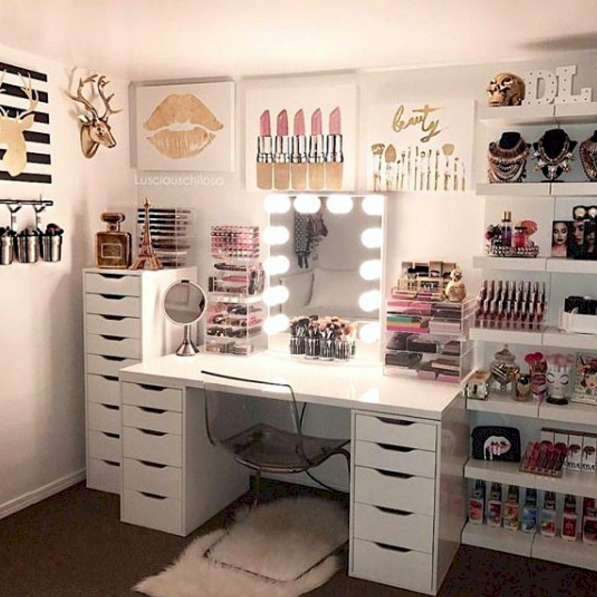 40 Beautiful Make Up Room Ideas in Your Bedroom (21)