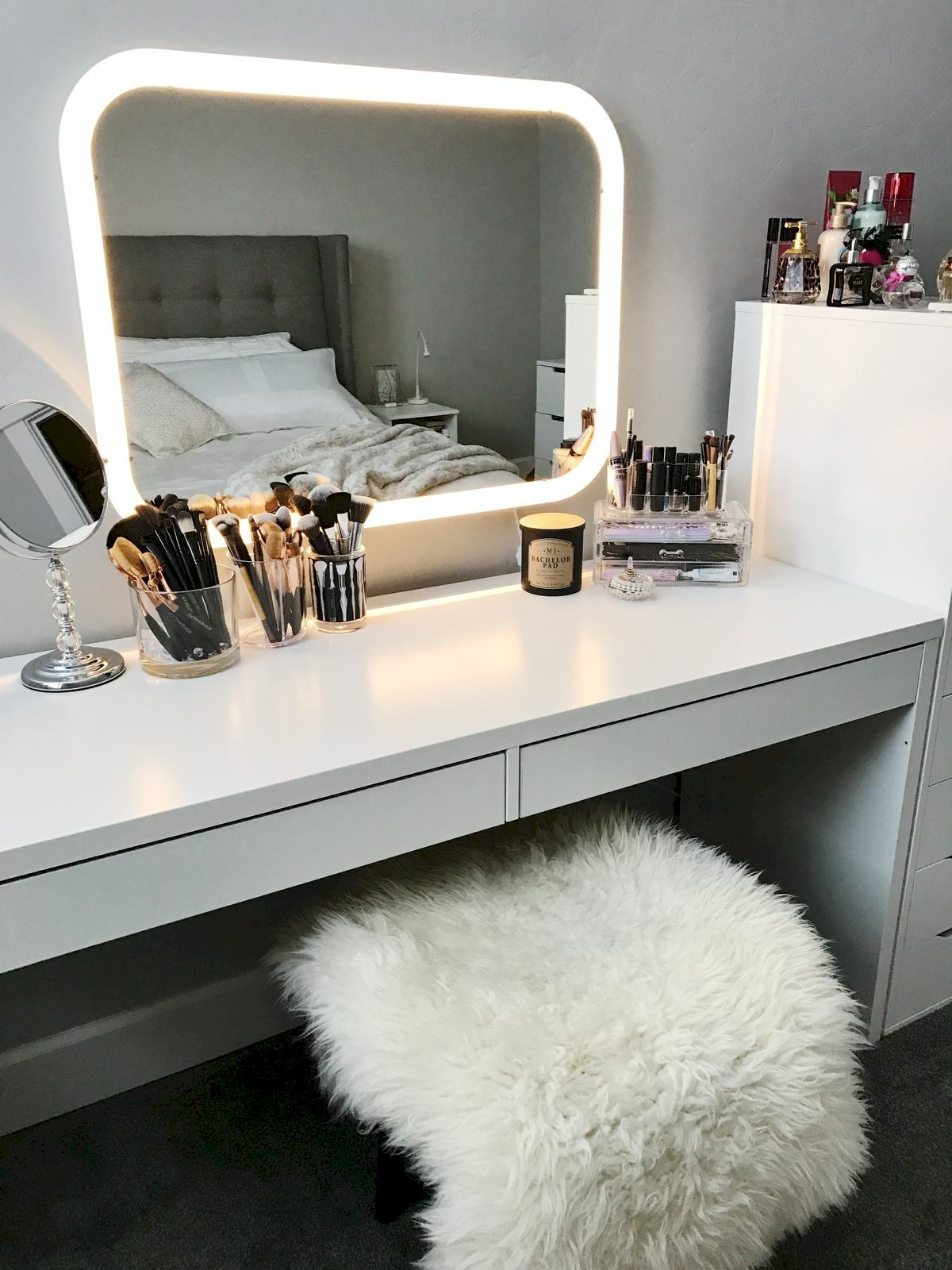 40 Beautiful Make Up Room Ideas in Your Bedroom (22)