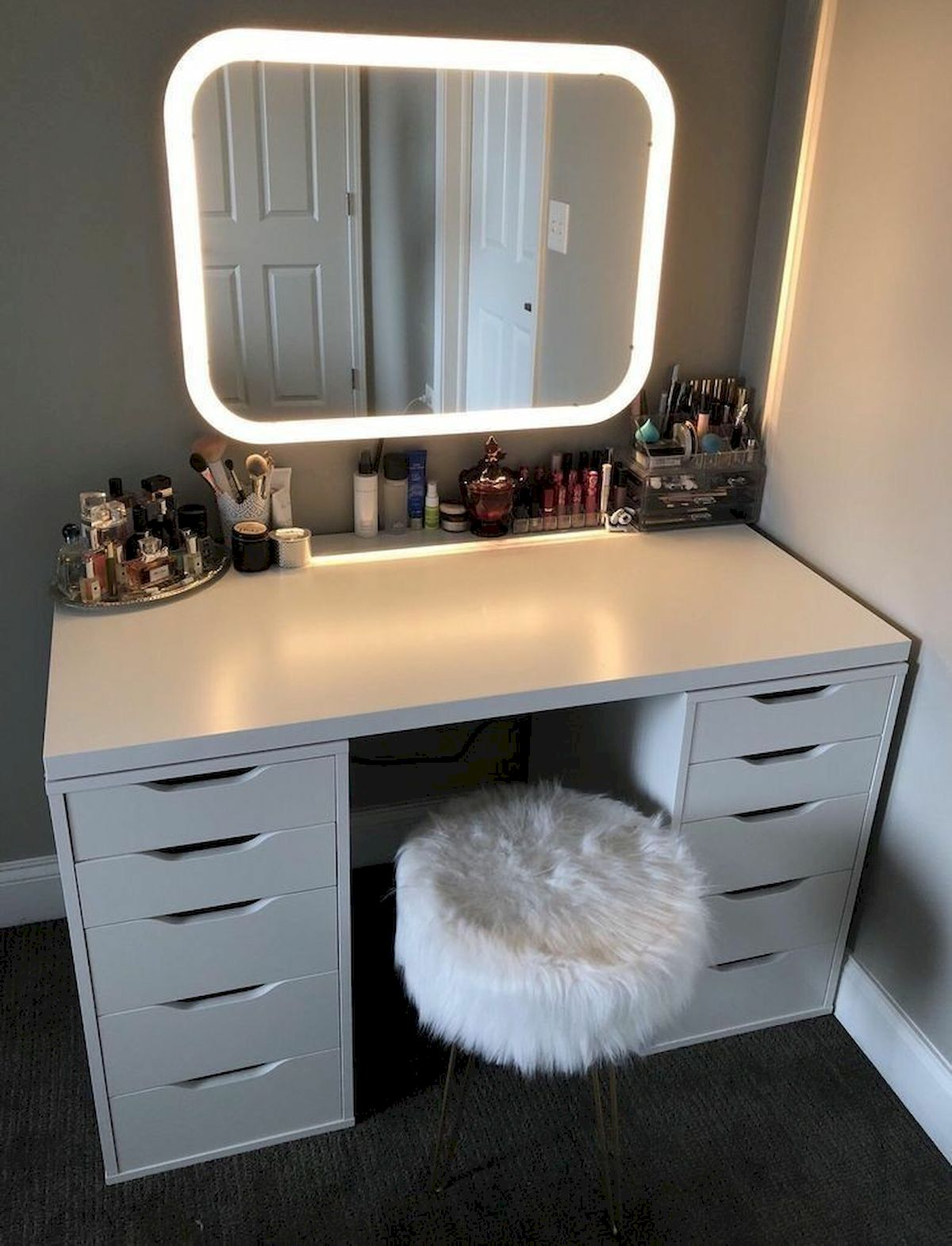 40 Beautiful Make Up Room Ideas in Your Bedroom (23)
