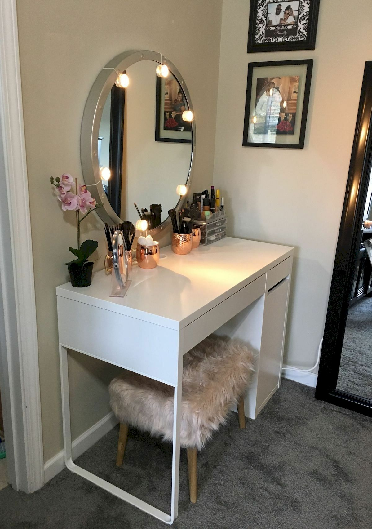40 Beautiful Make Up Room Ideas in Your Bedroom (27)