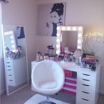 40 Beautiful Make Up Room Ideas In Your Bedroom (7)