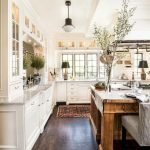 50 Cozy Farmhouse Kitchen Design and Decor Ideas (7)