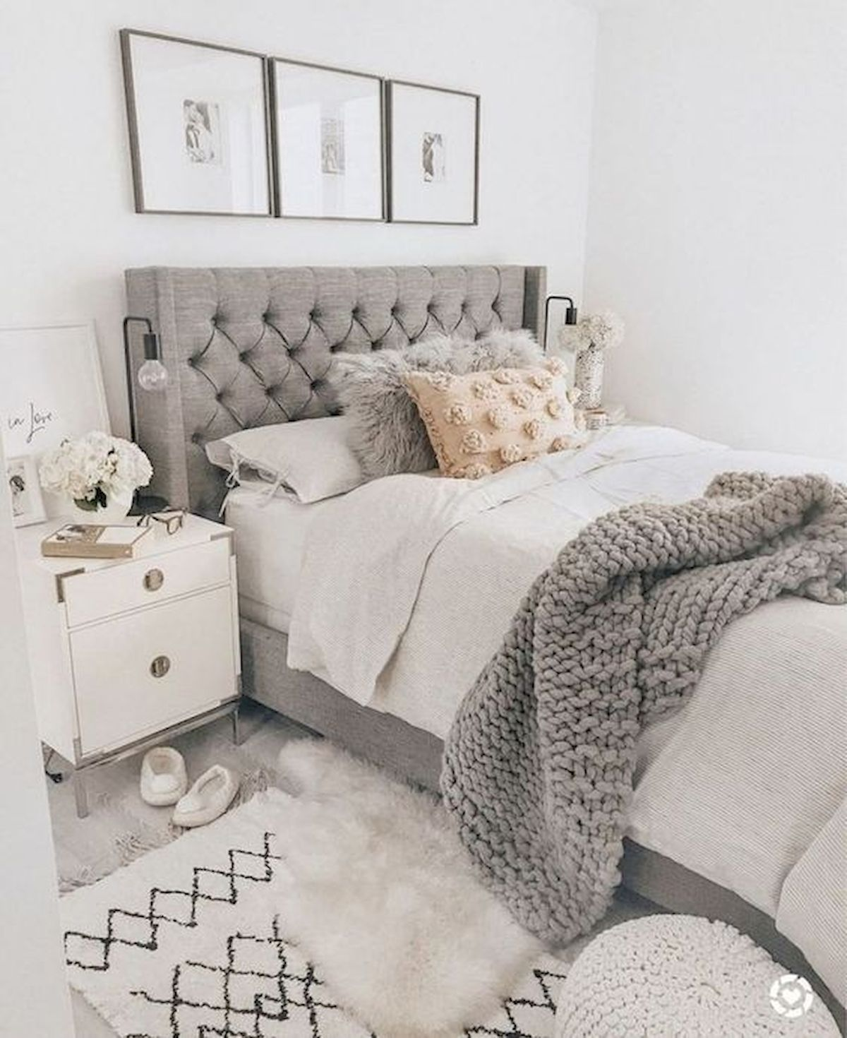 44 Awesome White Master Bedroom Design and Decor Ideas For Any Home Design (38)