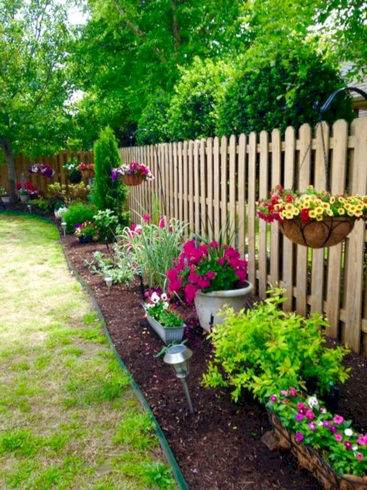 50 Awesome Modern Backyard Garden Design Ideas With Hanging Plants (37)