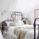 40 Classic Farmhouse Bedroom Design and Decor Ideas That Make Your Home Feel Great (23)