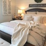 40 Classic Farmhouse Bedroom Design and Decor Ideas That Make Your Home Feel Great (32)