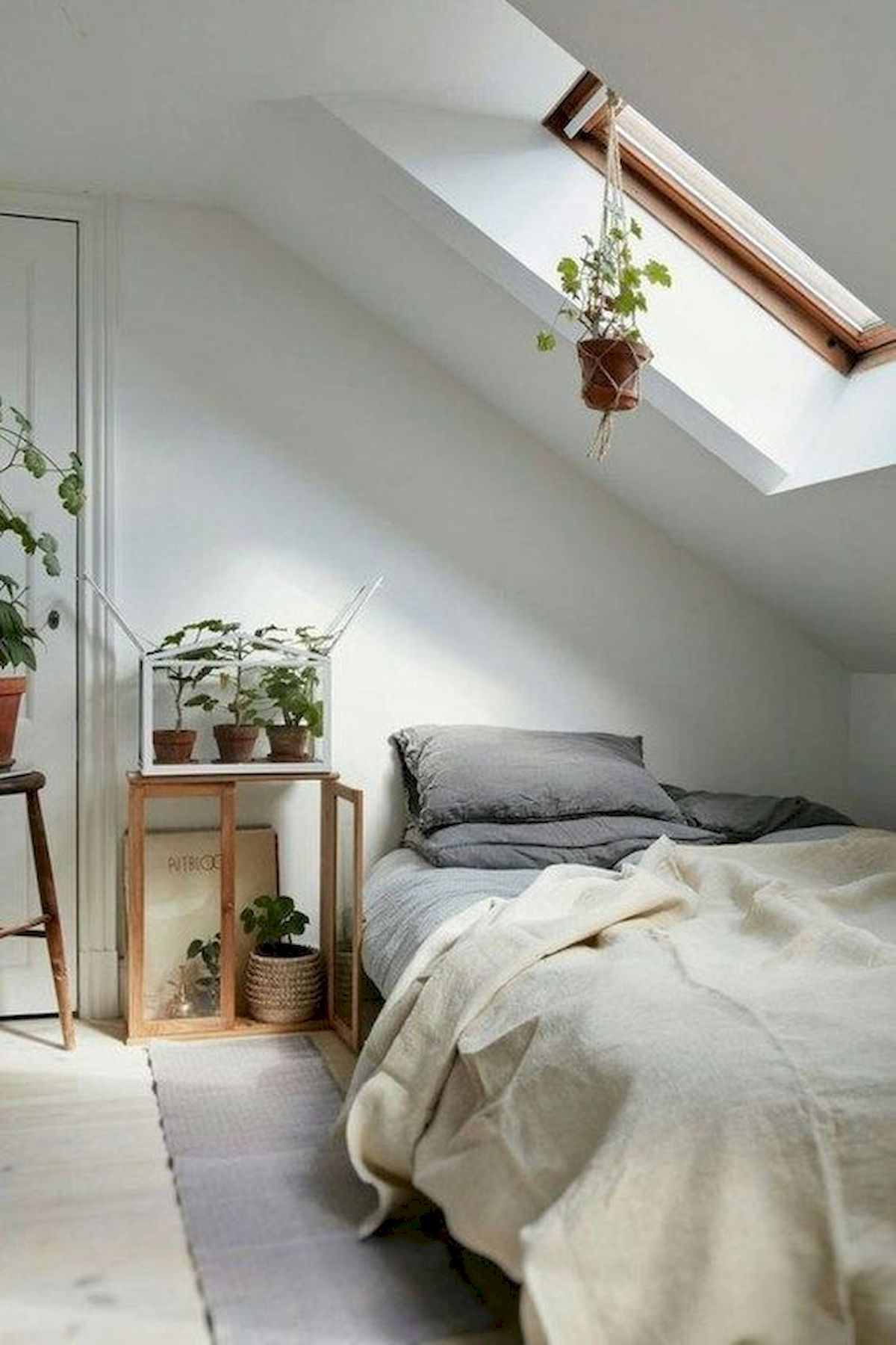 40 Awesome Attic Bedroom Design and Decorating Ideas (19)