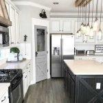 20 Best Farmhouse Kitchen Lighting Decor Ideas (15)