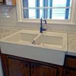 20 Best Farmhouse Kitchen Sink Decor Ideas (11)